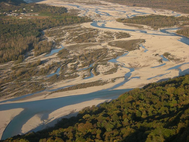 Braided channels on the River Tagliamento at Cornino in Italy.  Image: Wikipedia