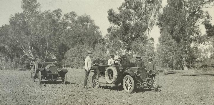 Cars in the dry bed of the Leichhardt River in Australia, 1912. Image: Wikimedia