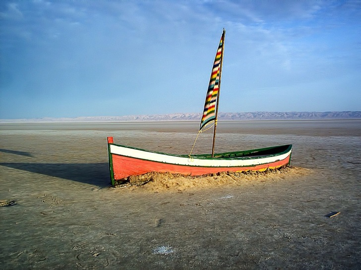 Boat on a dry Tunisian lake.  Image: Pixaweb | Creative Commons