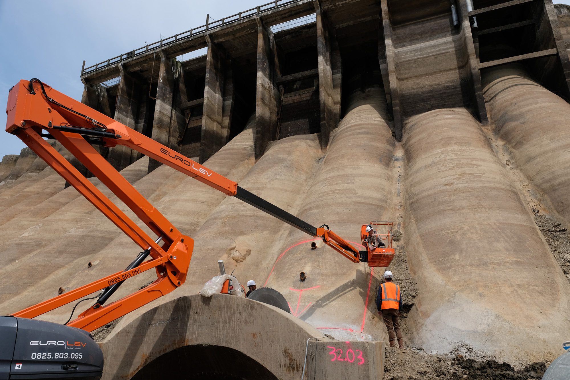 Drilling the first hole in the 36-metre high Vezins Dam on the Sélune River